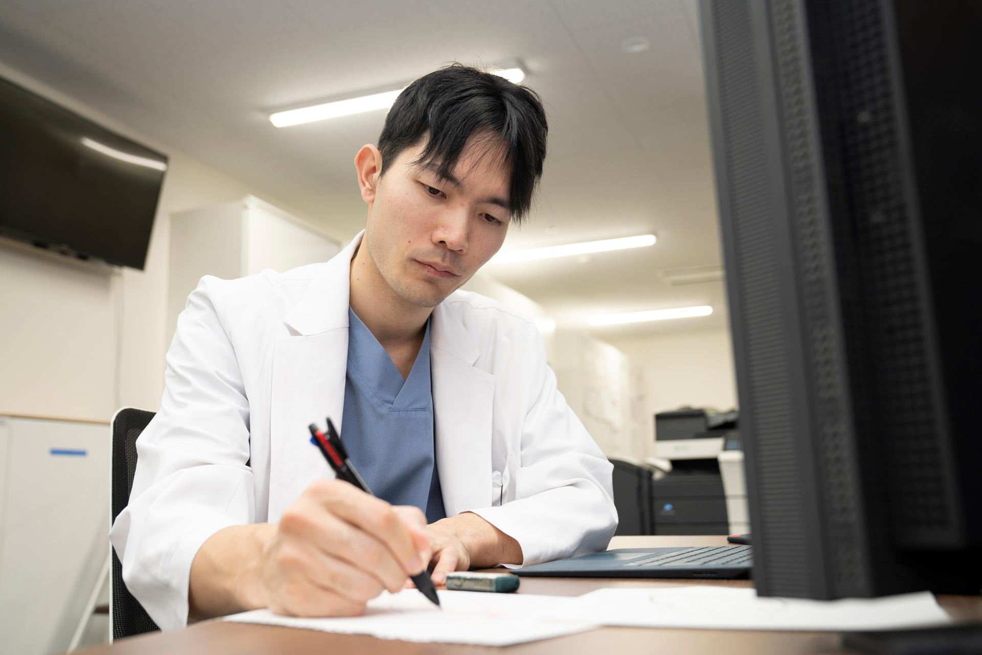 写真:医師が図を描いている様子