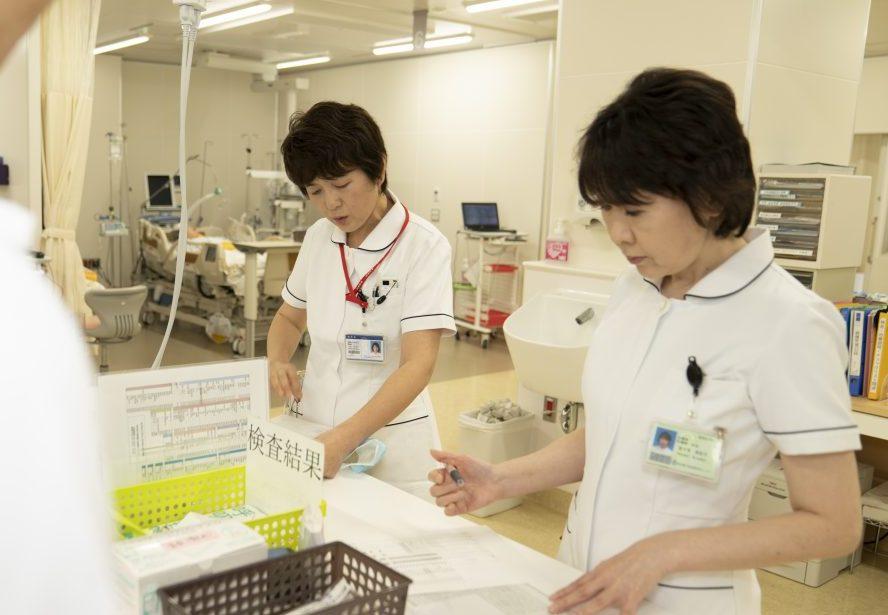 写真:看護師二人がカルテを見ている