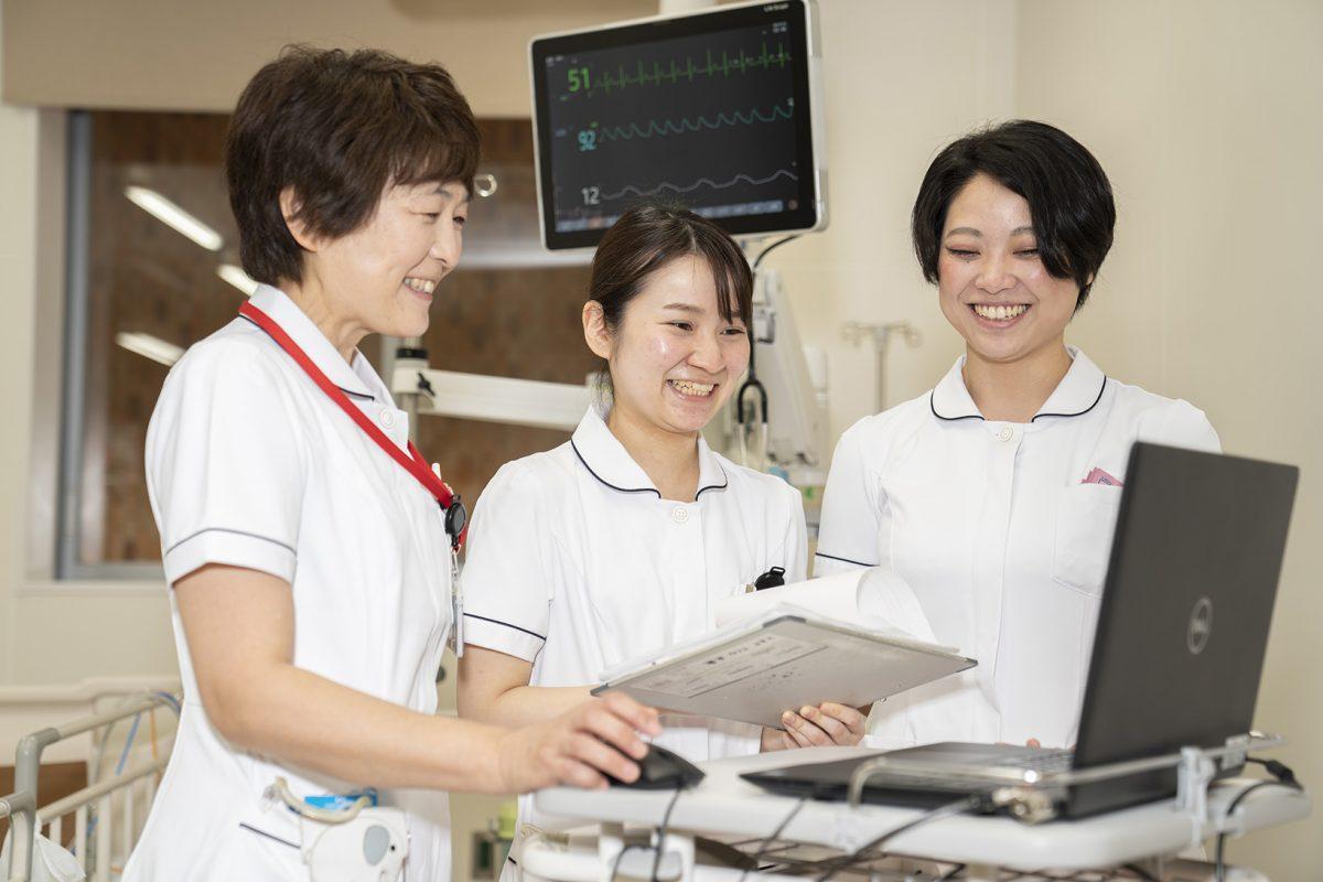 写真:看護師三人がパソコンを操作している様子