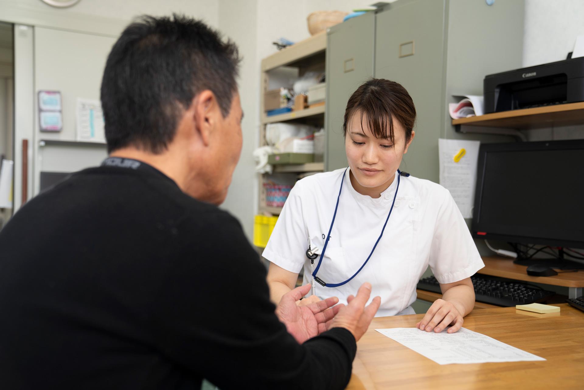 写真:作業療法士と患者が作業をしている様子