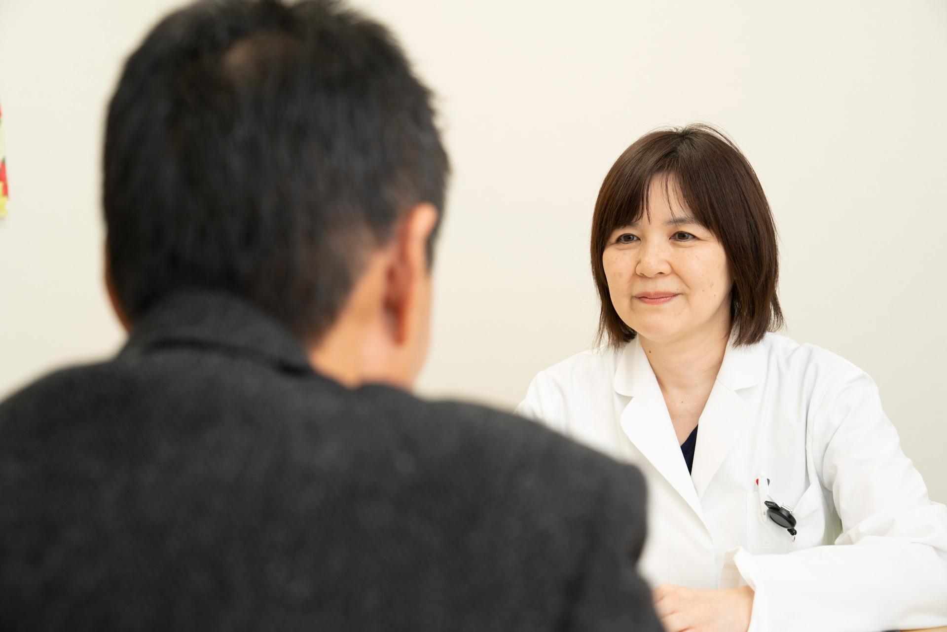 写真:医療相談員が患者の話を聞いている