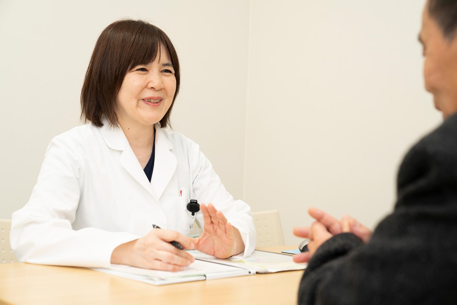 写真:医療相談員が患者と話している