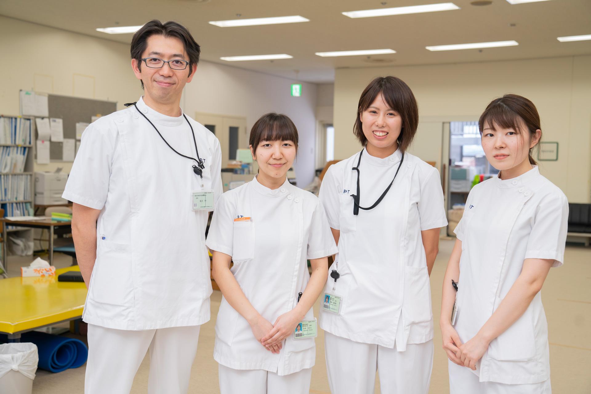 写真:理学療法士が四人並んでいる