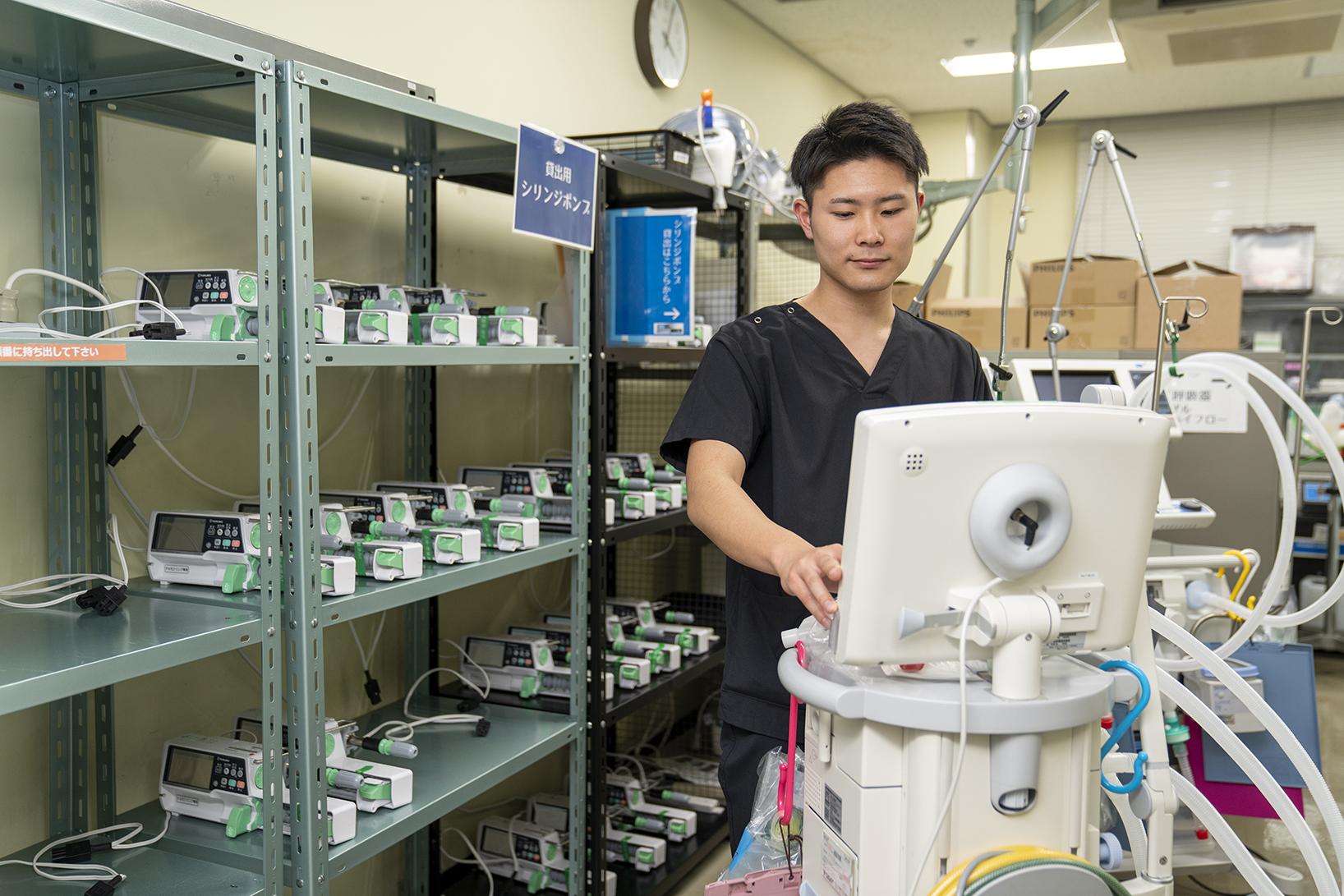 写真:臨床工学技士が機械を操作している1