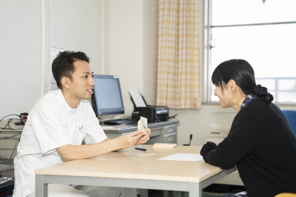 写真:言語聴覚士がカードを見せている様子