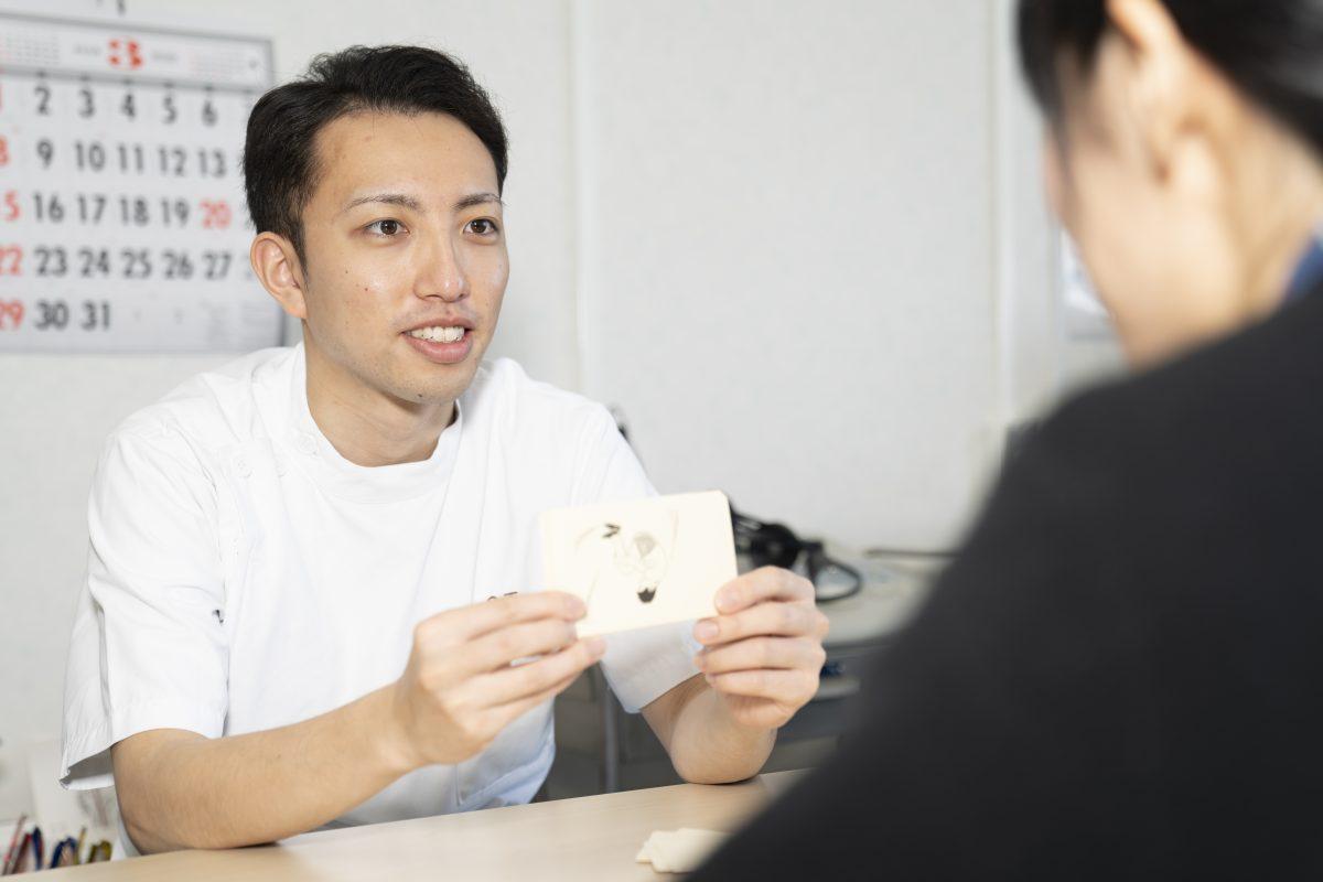 写真:言語聴覚士が患者にカードを見せている様子3