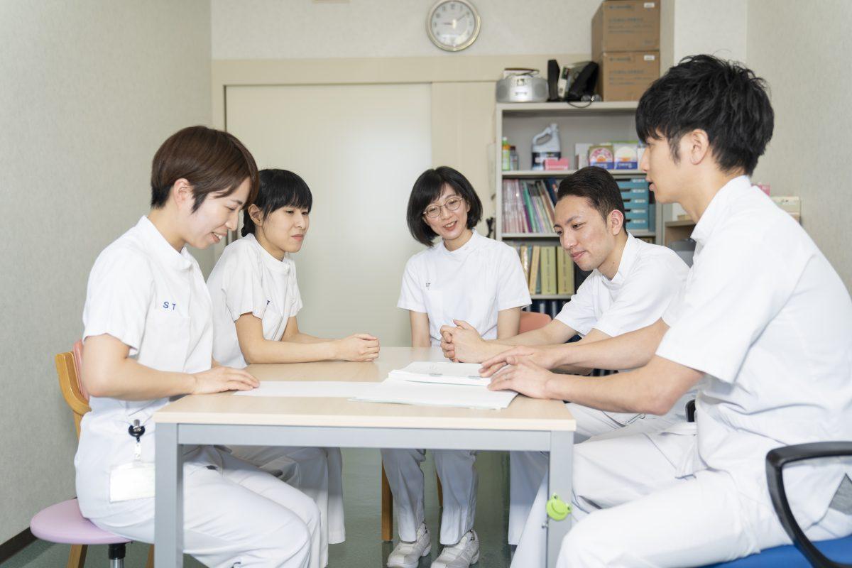 写真:言語聴覚士が五人で会議をしている様子