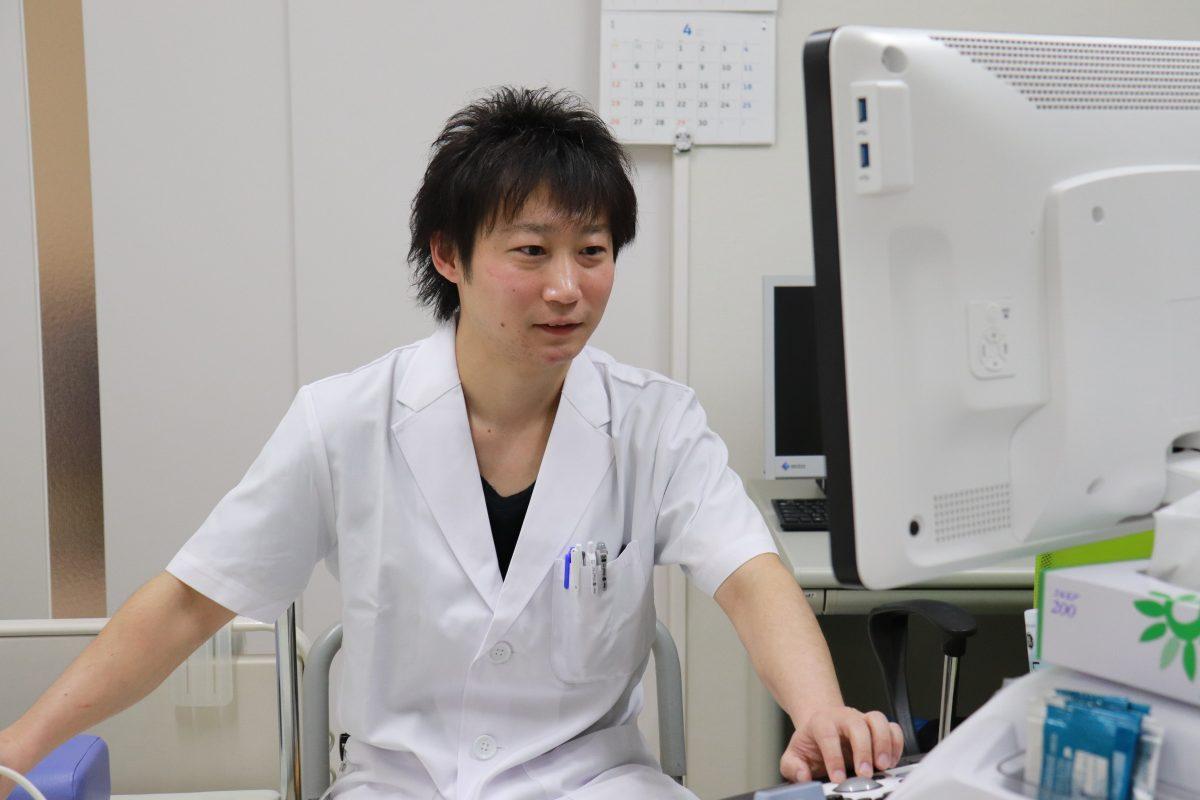 写真:臨床検査技師がパソコンを操作している