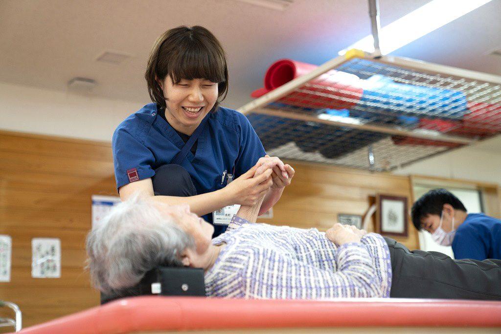 写真:作業療法士が患者さんと訓練をしている