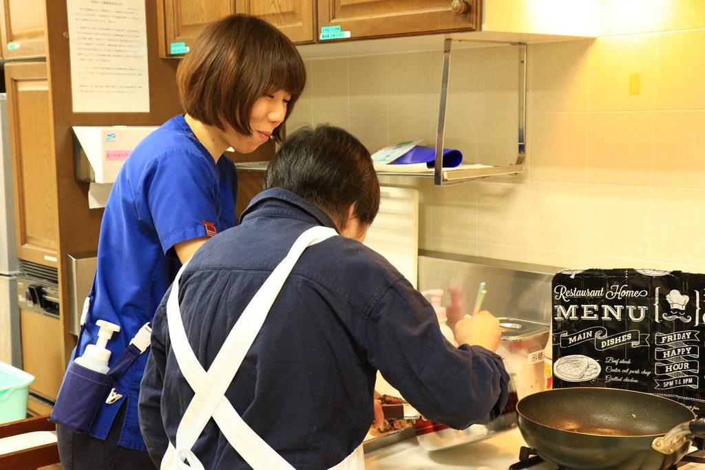 写真:作業療法士が患者さんと作業をしている