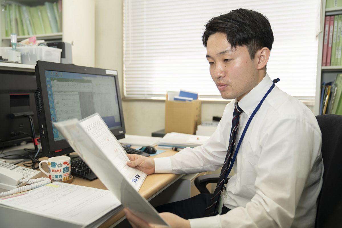 写真:職員が書類を見ている