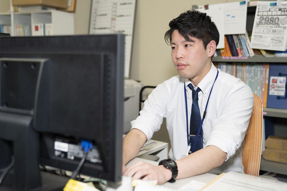写真:職員がパソコンを操作している2