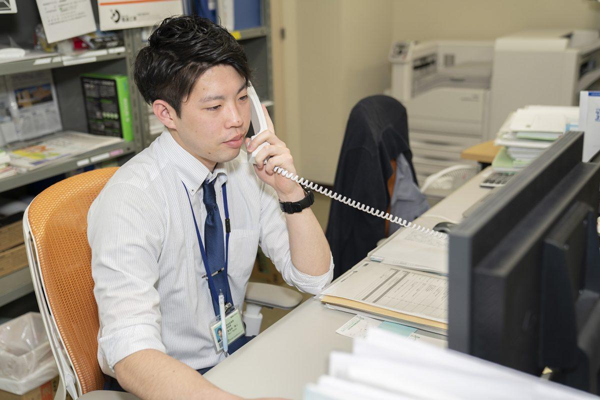 写真:職員が電話をかけている