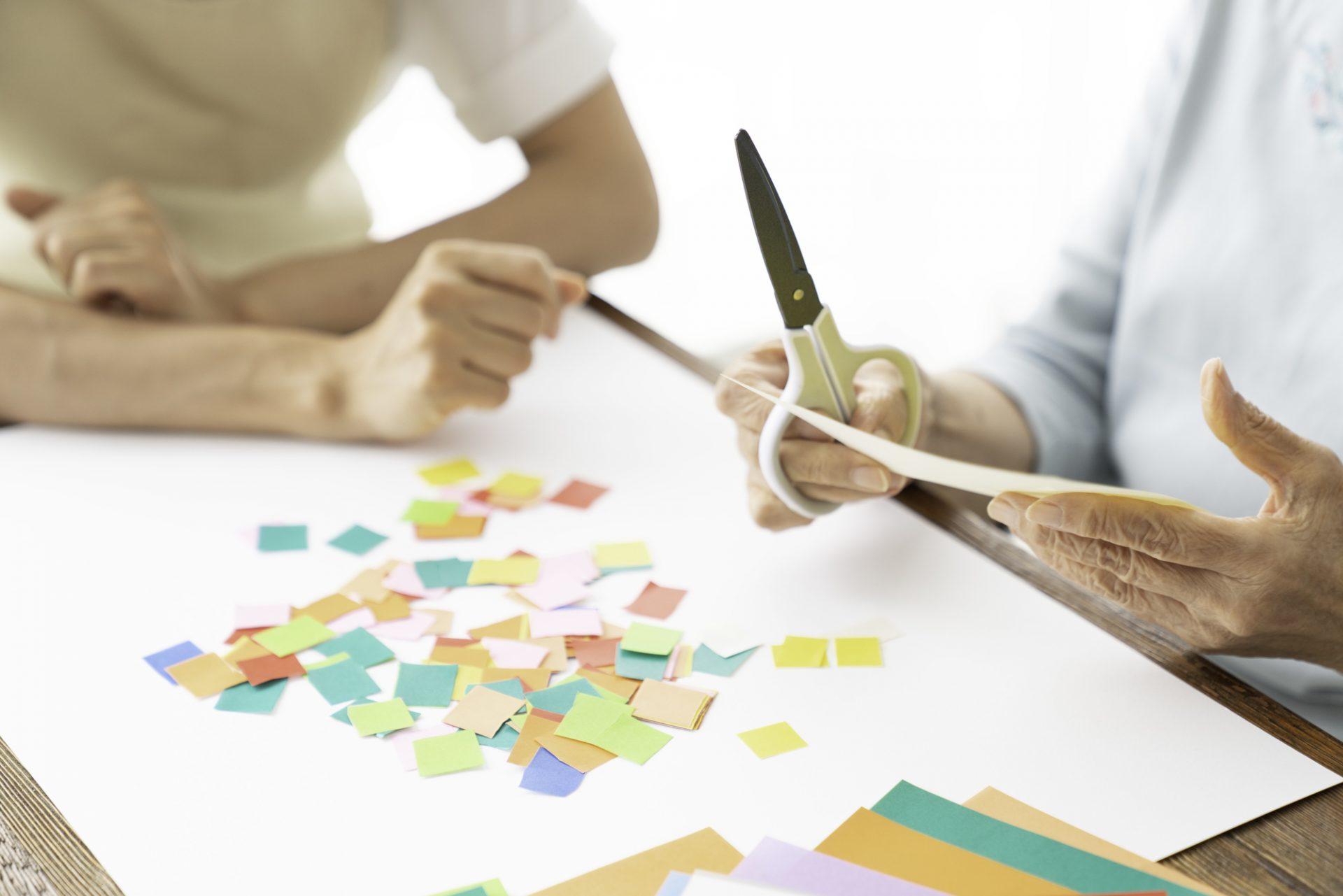 写真:紙を切っている
