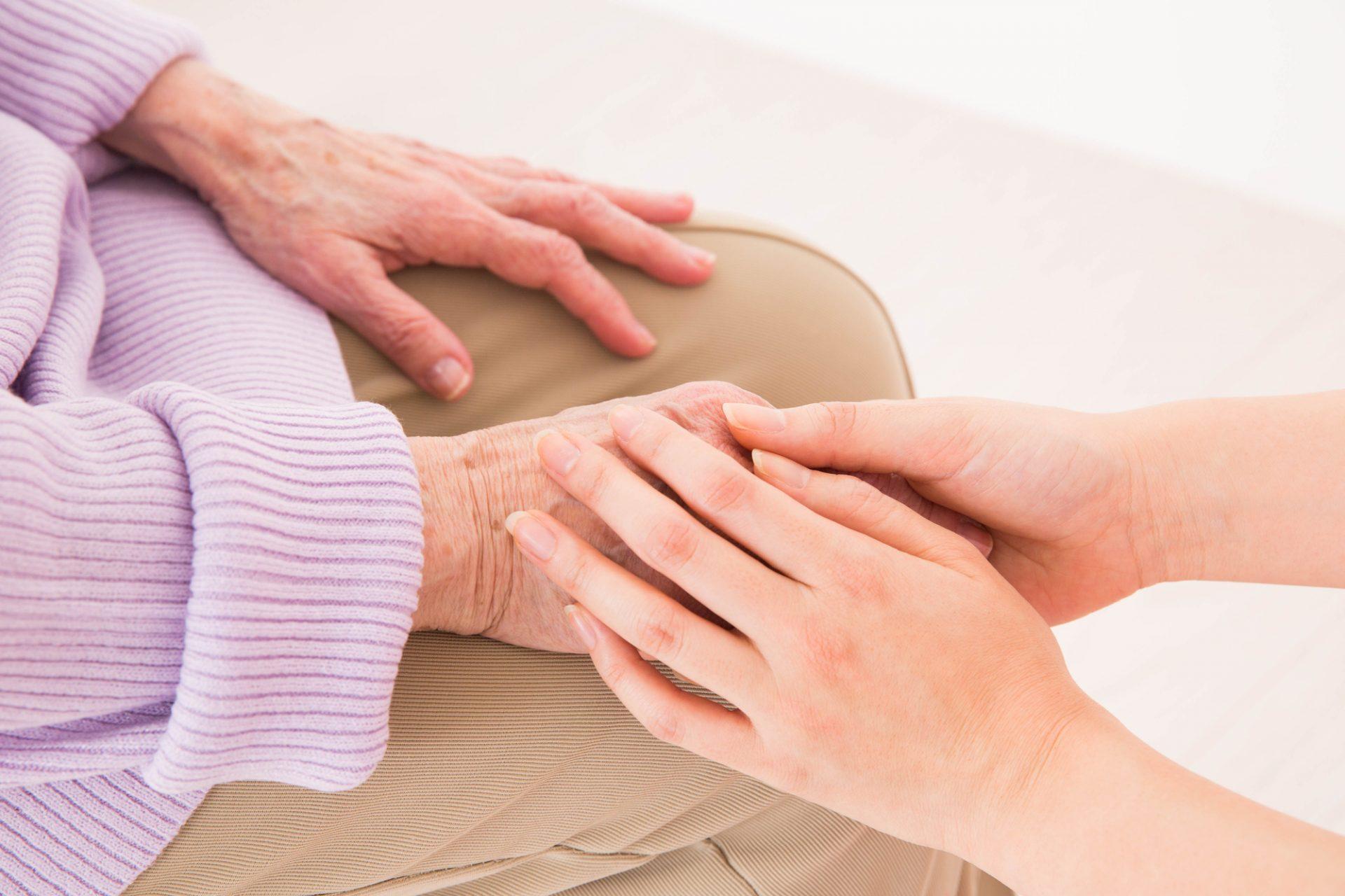 写真:手を握っている